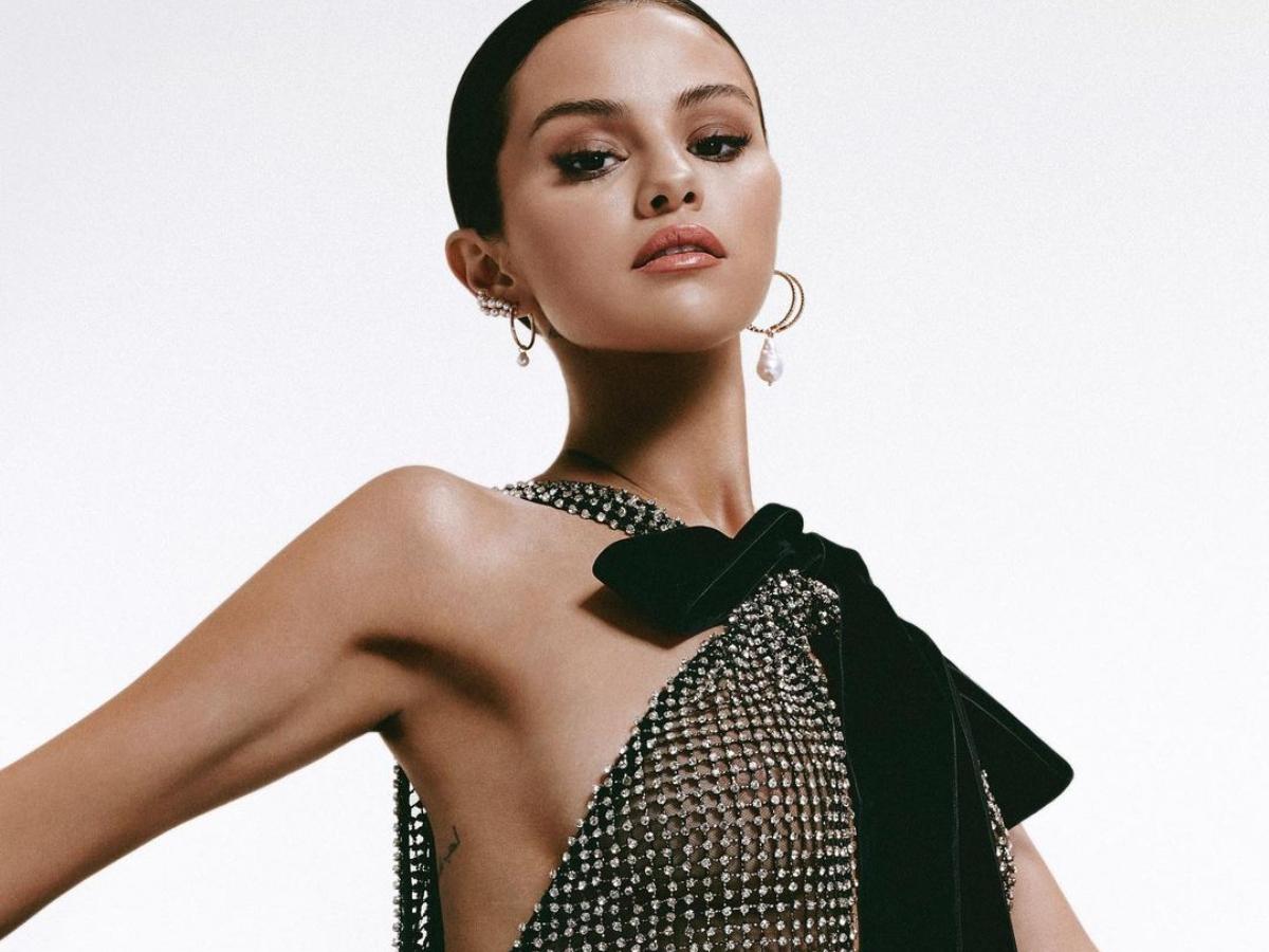 H Selena Gomez φοράει high fashion κομμάτια σε ένα υπέρλαμπρο editorial μόδας