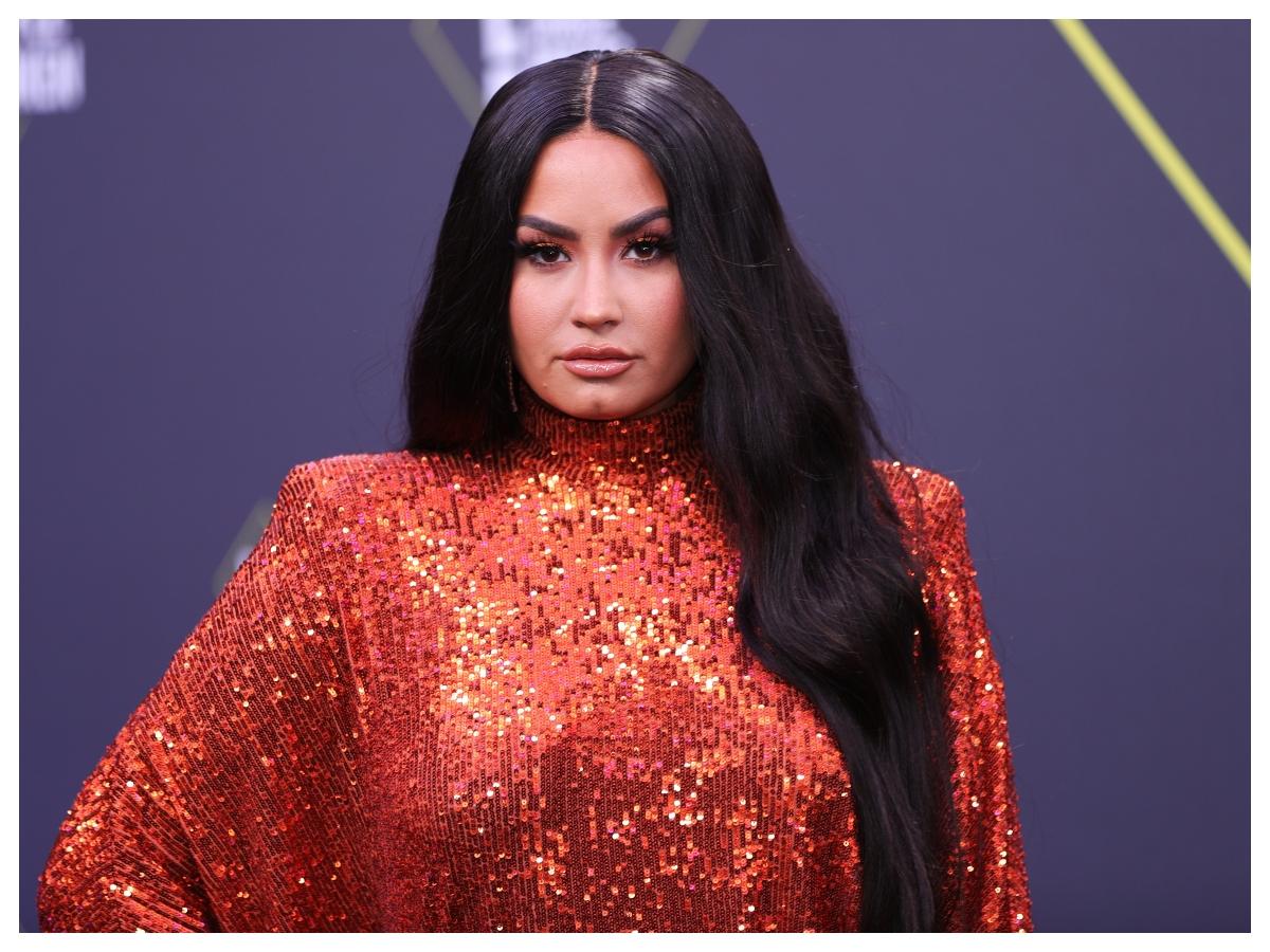 Θα έκανες ποτέ τα μαλλιά σου από μακριά καστανά, κοντά ξανθά; Η Demi Lovato θα σε πείσει!
