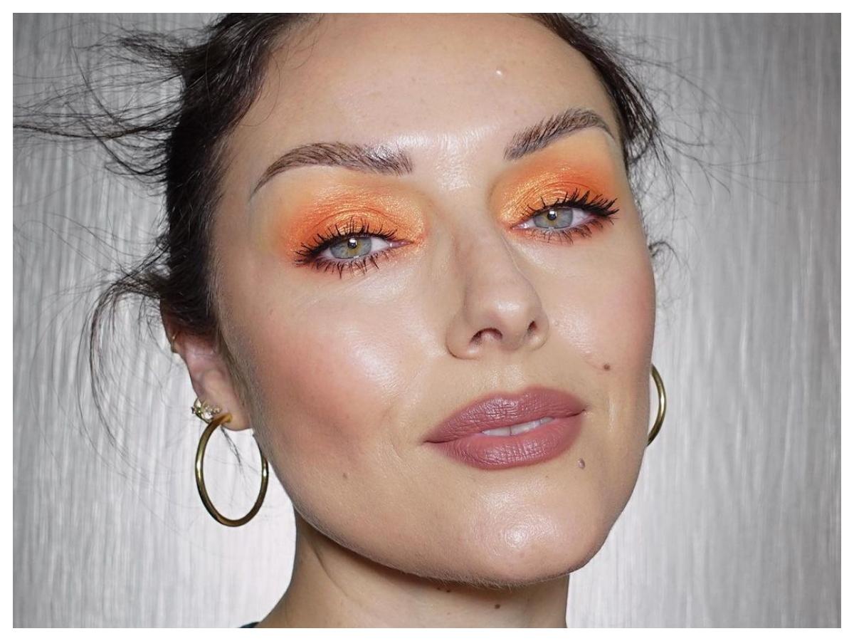 Seriously? Πρέπει να δεις τον τρόπο που αυτή η makeup artist ζωγραφίζει τόσο τέλεια τα φρύδια της!