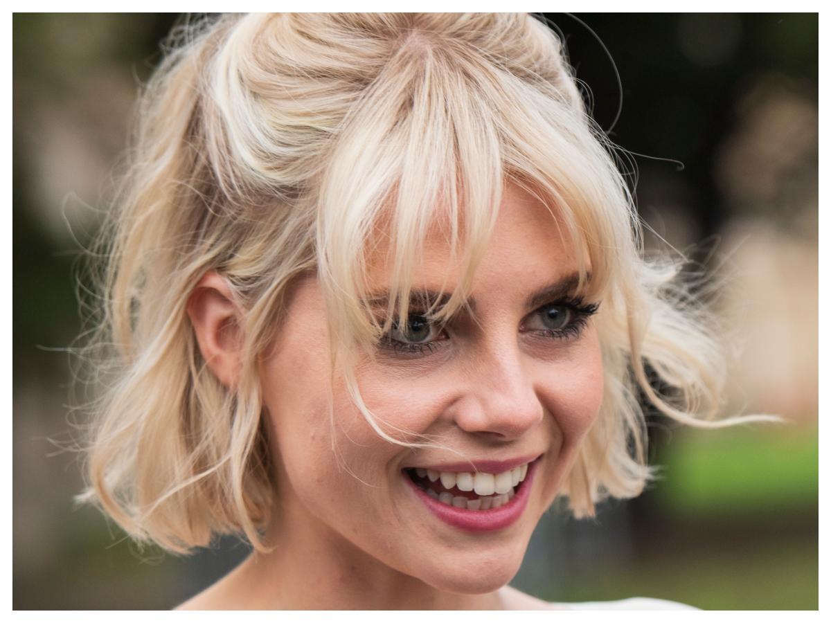 H Lucy Boynton έχει το τέλειο ξανθό και χρησιμοποιεί πάντα αυτά τα δύο προϊόντα στα μαλλιά της!