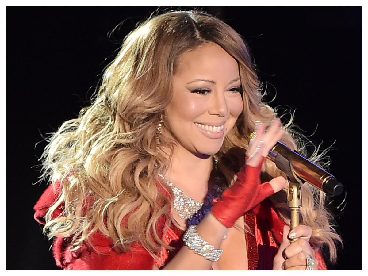 Δεν έχουμε δει σχεδόν ποτέ την Mariah Carey με κόκκινο κραγιόν και να γιατί!