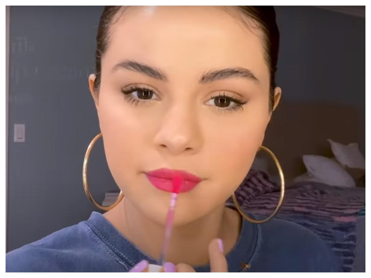 H Selena Gomez μόλις μας έδειξε το καθημερινό της μακιγιάζ (και γίνεται με πολύ λίγα προϊόντα)!