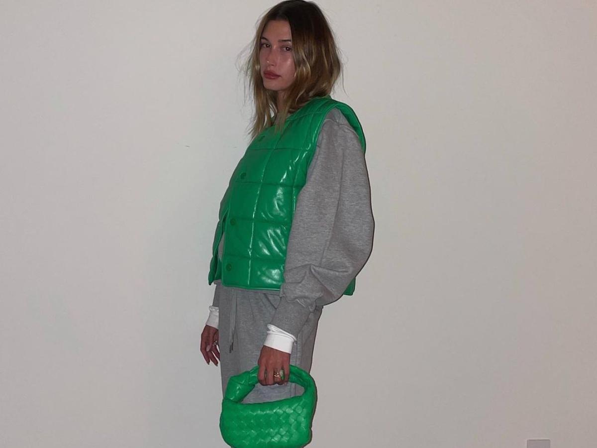 Η Hailey Bieber σου δείχνει το τέλειο jacket για γυμναστική έξω