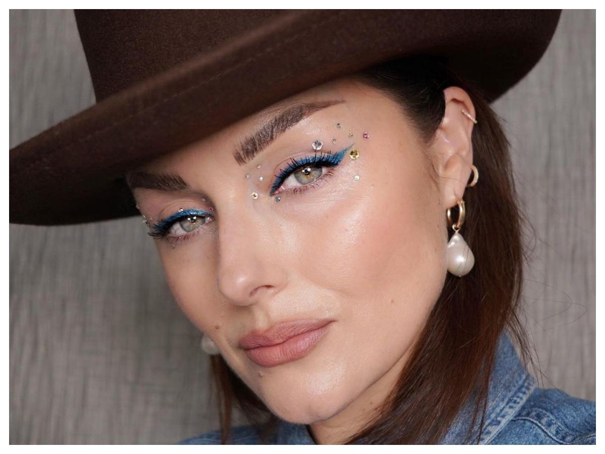 Πάτησε play και κάνε το μακιγιάζ του σημερινού ρεβεγιόν όπως σου δείχνει αυτή η διάσημη makeup artist