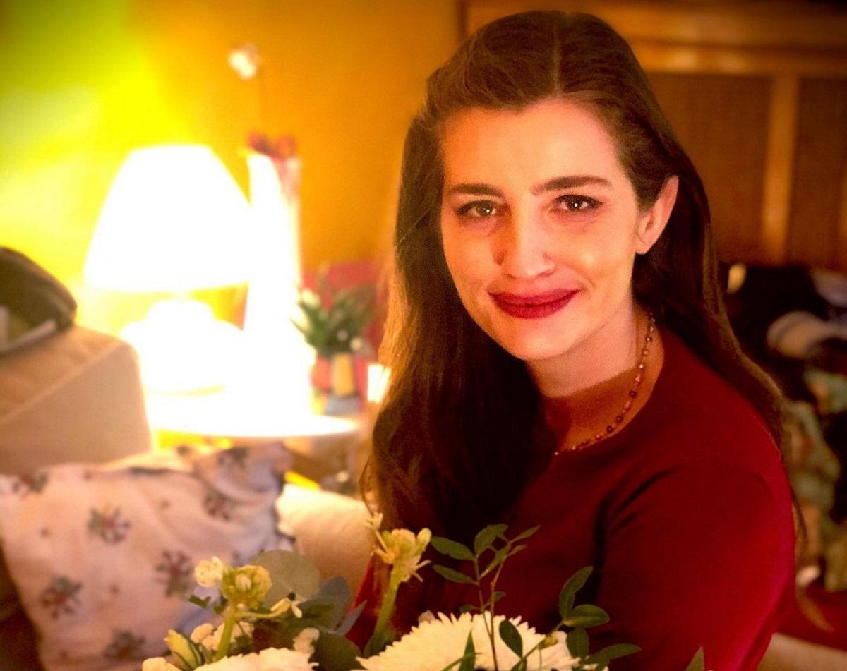 Μαρία Κίτσου: Ποζάρει με εορταστική διάθεση και φόντο το στολισμένο σπίτι της (pic)