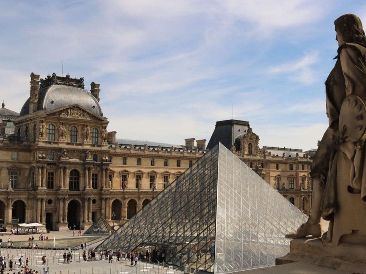 Πώς φαντάζεσαι την τσάντα που είναι εμπνευσμένη από την πυραμίδα του Λούβρου;
