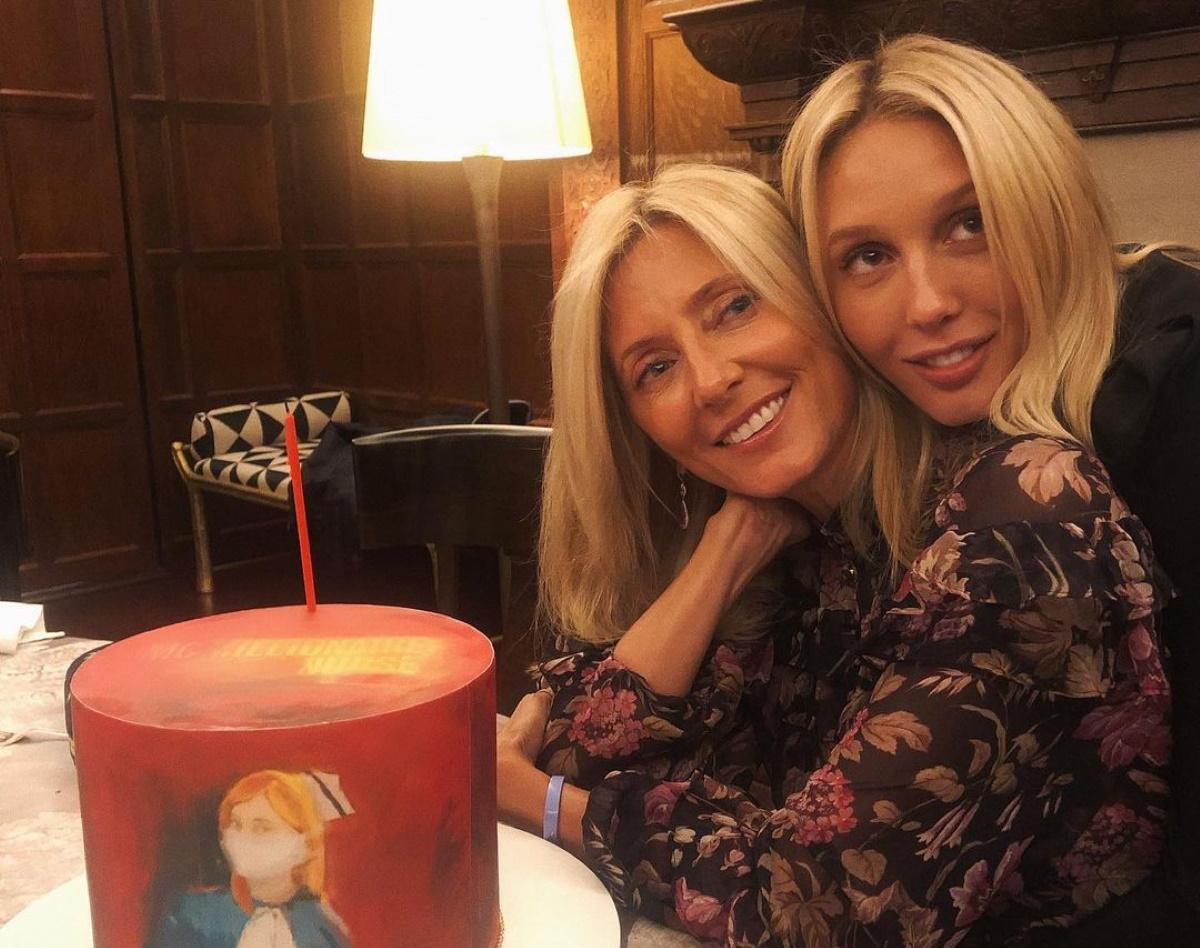 Marie Chantal: Ποζάρει στο στολισμένο σαλόνι της δίπλα στο τεράστιο τζάκι – Δες το χριστουγεννιάτικο τραπέζι της οικογένειας
