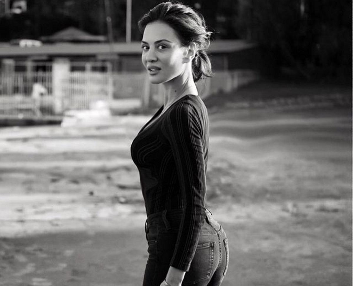 Δήμητρα Ματσούκα: Το κρύο δεν πτοεί την ηθοποιό – Ποζάρει με το μαγιό της δίπλα στη θάλασσα (pic)