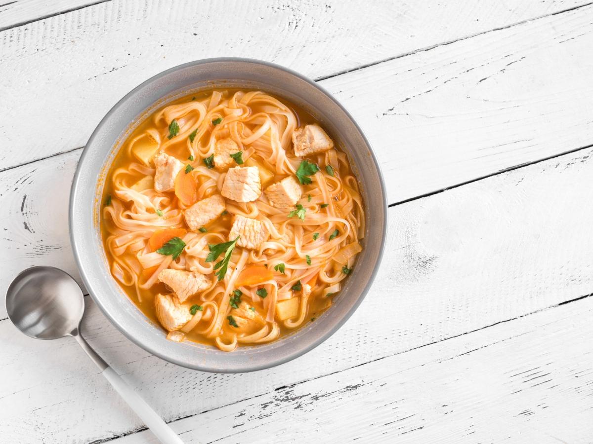 Συνταγή για ζεστή κοτόσουπα με νούντλς