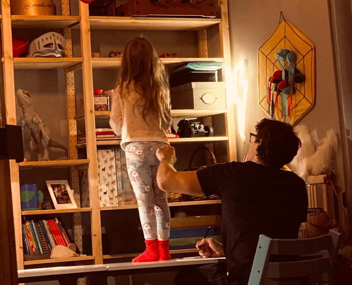 Ο Αποστόλης Τότσικας είναι ο καλύτερος μπαμπάς! Τα παιχνίδια με τα δίδυμα στο σαλόνι και το σχόλιο της Μενεγάκη (pics)