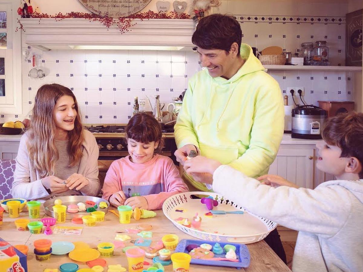 Σάκης Ρουβάς: Μας εύχεται για τις γιορτές, με μια υπέροχη οικογενειακή φωτογραφία