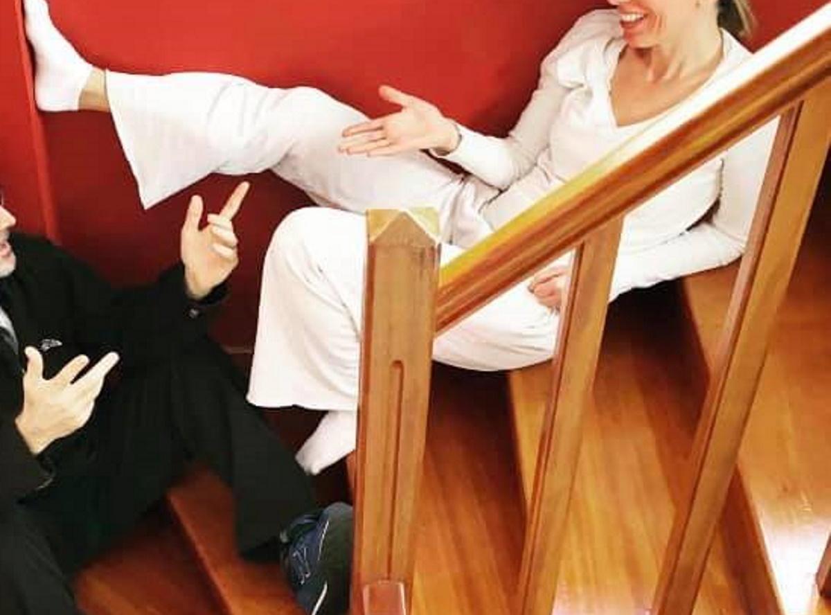 """Lockdown: Γνωστό ζευγάρι της showbiz έδωσε """"ραντεβού"""" στις σκάλες του σπιτιού του"""
