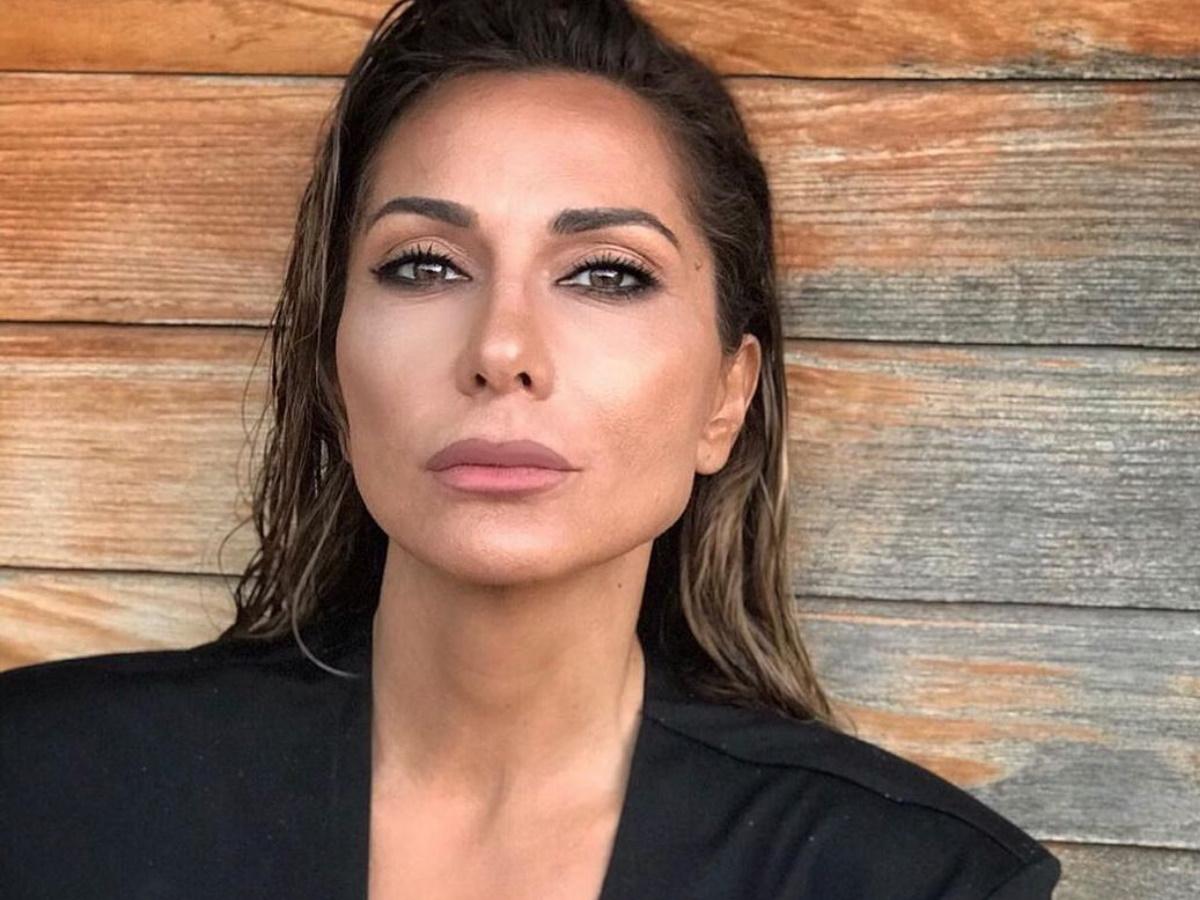 """Δέσποινα Βανδή: Ποζάρει με μπικίνι, χωρίς ίχνος ρετούς και """"κόβει"""" την ανάσα στα 52 της"""