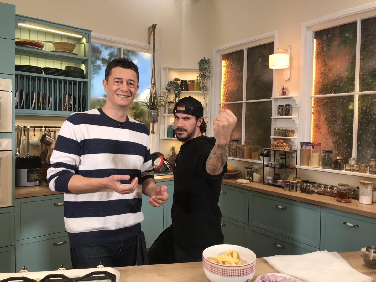 """Άκης Πετρετζίκης: """"Σπίτι μου δεν μαγειρεύω και παραγγέλνω απ΄έξω"""" – Γιατί δεν μιλάει για την ερωτική του ζωή"""