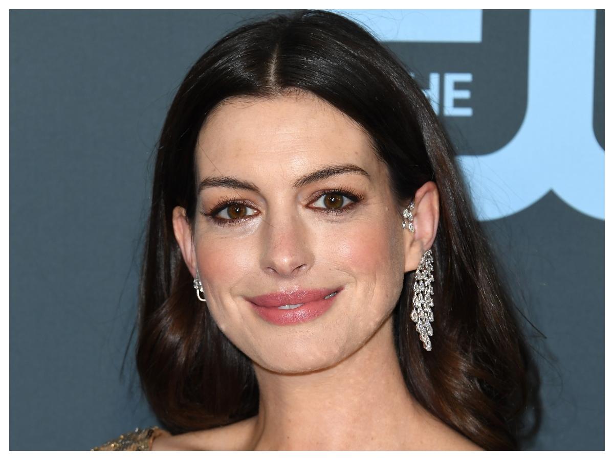Η Anne Hathaway μας έκανε να θέλουμε να βάλουμε χρωματιστή σκιά στα μάτια
