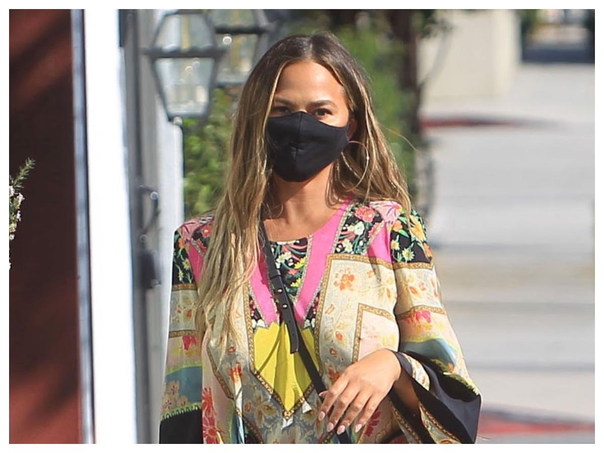 Η Chrissy Teigen έχει ένα skincare tip για τα σπυράκια που βγάζουμε με τη μάσκα