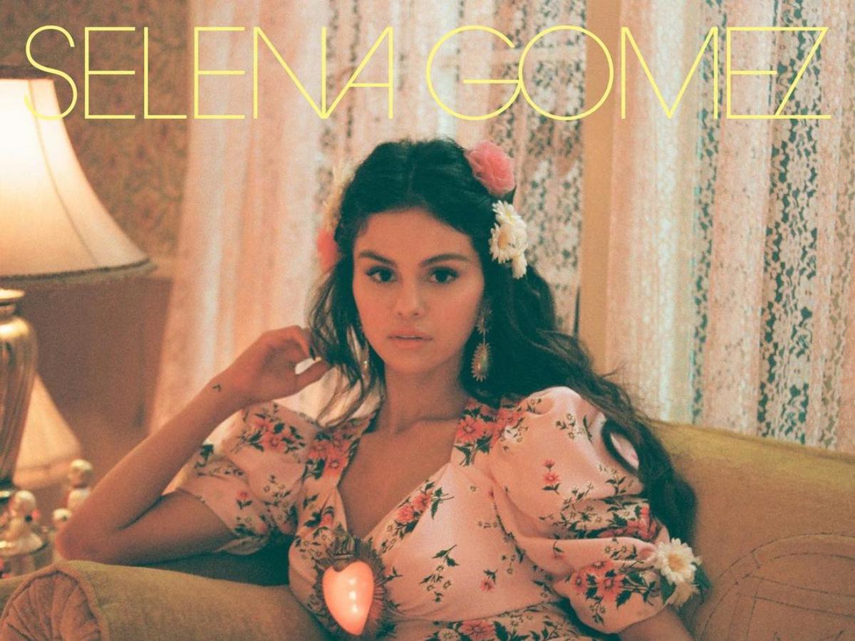 Η Selena Gomez φοράει το floral φόρεμα των ονείρων μας