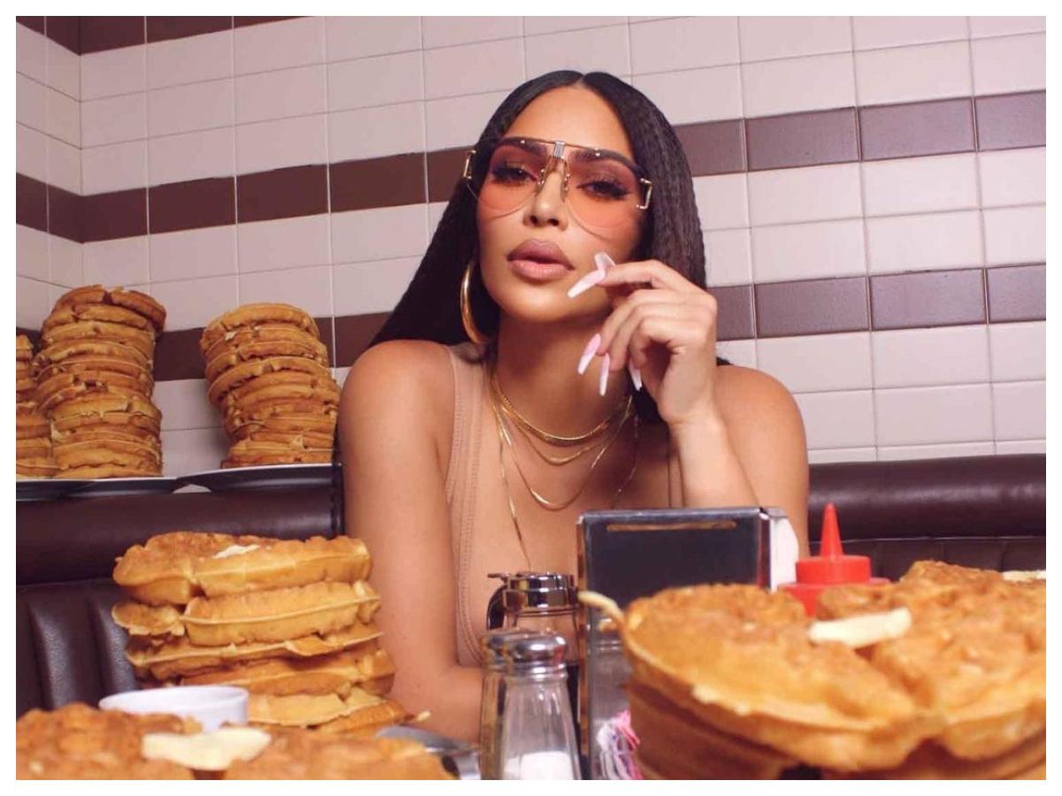 Η Kim Kardashian κάνει και πάλι τάση την τοστιέρα στα μαλλιά