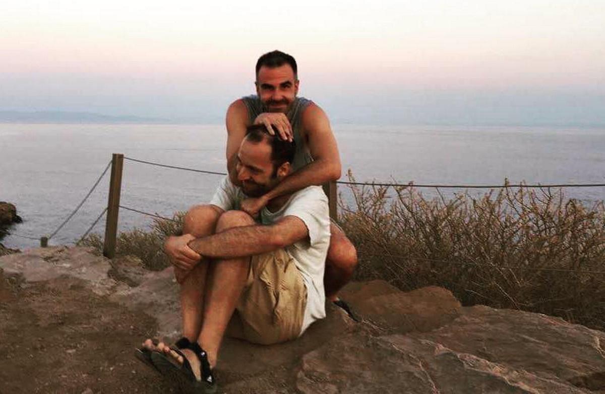 Αύγουστος Κορτώ: Γιορτάζει 17 χρόνια σχέσης με τον σύζυγό του – Ο γάμος και το σύμφωνο συμβίωσης