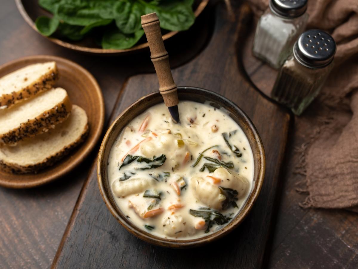 Συνταγή για ζεστή σούπα με κομματάκια κοτόπουλου και νιόκι