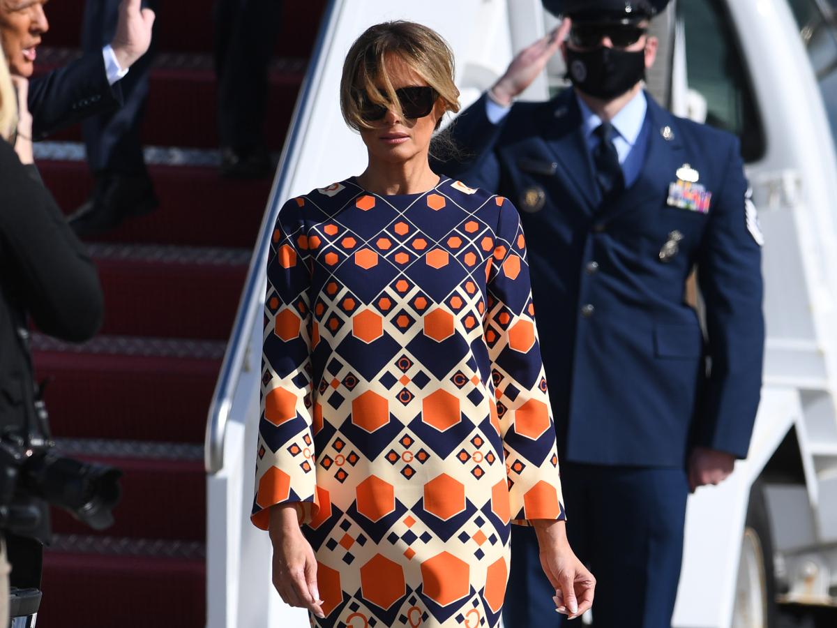 Μelania Trump: Mε κομψό καφτάνι στην πρώτη της εμφάνιση μετά τον Λευκό Οίκο
