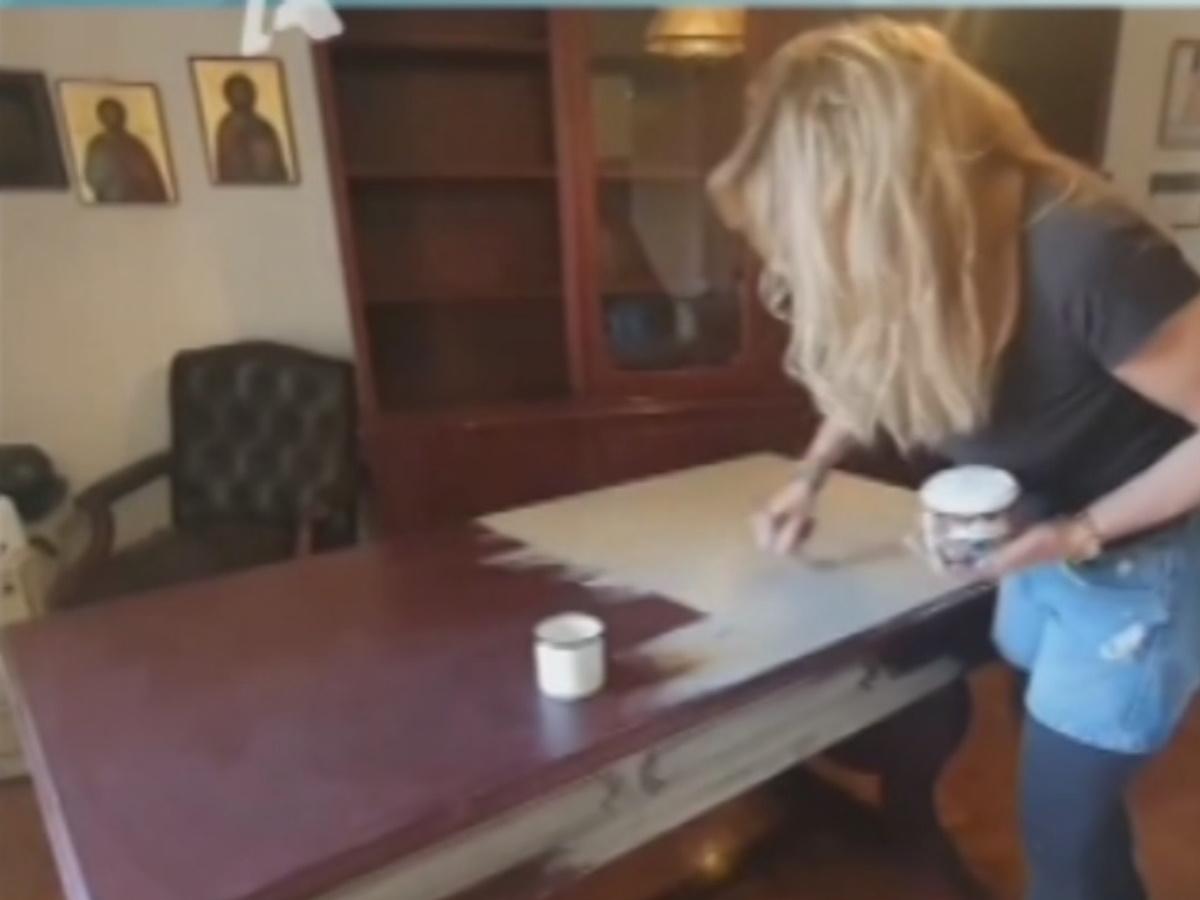 Γνωστή Ελληνίδα παρουσιάστρια παίρνει αντικείμενα από τα σκουπίδια και δημιουργεί αντικείμενα για το σπίτι