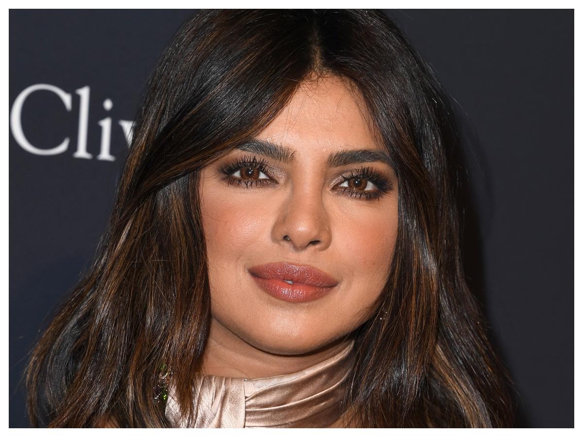 H Priyanka Chopra μας έδειξε πώς κάνει το καθημερινό της μακιγιάζ