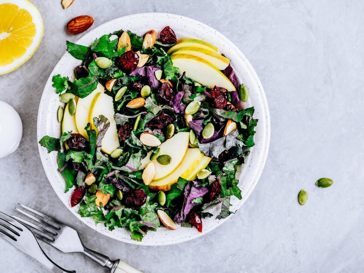 Συνταγή για χορταστική σαλάτα με kale και μήλο