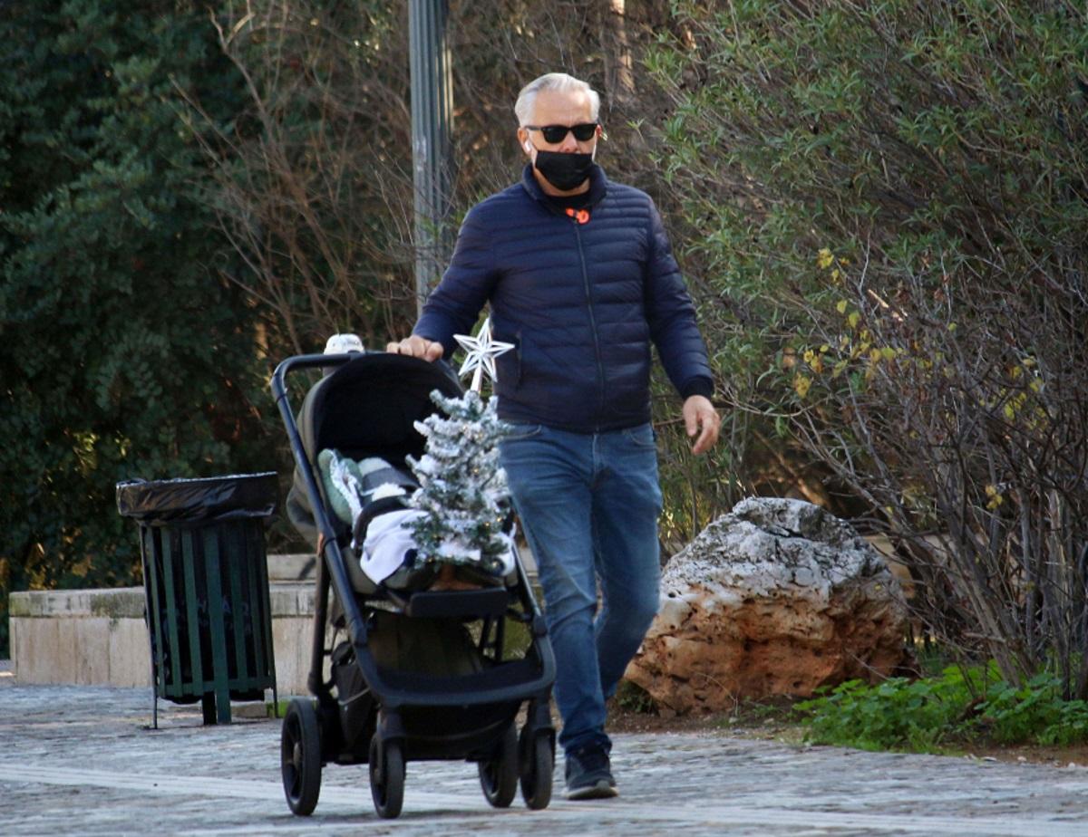 Χάρης Χριστόπουλος: Βόλτα στο Ζάππειο με τον γιο του και το χριστουγεννιάτικο δέντρο τους