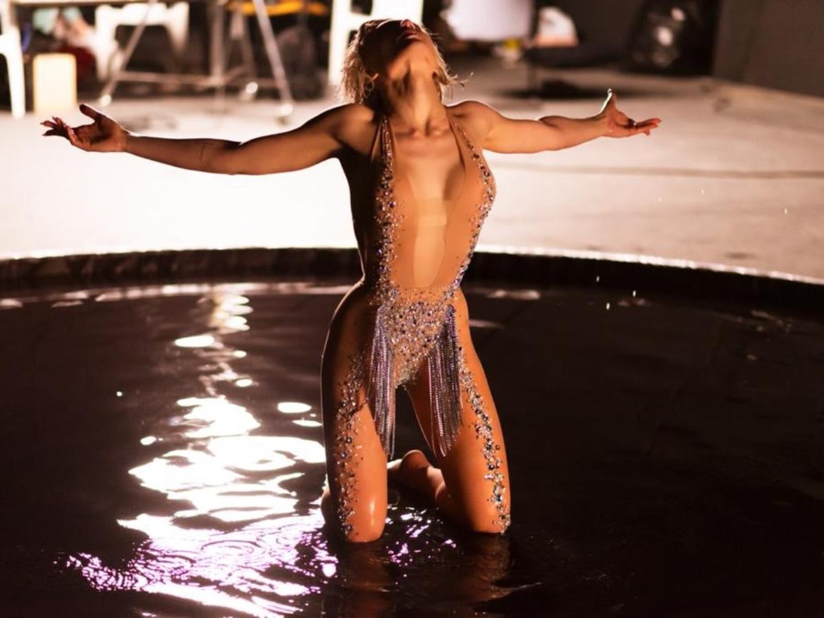 Με δημιουργίες Celia Kritharioti η Έλενα Τσαγκρινού στο video για τη Eurovision