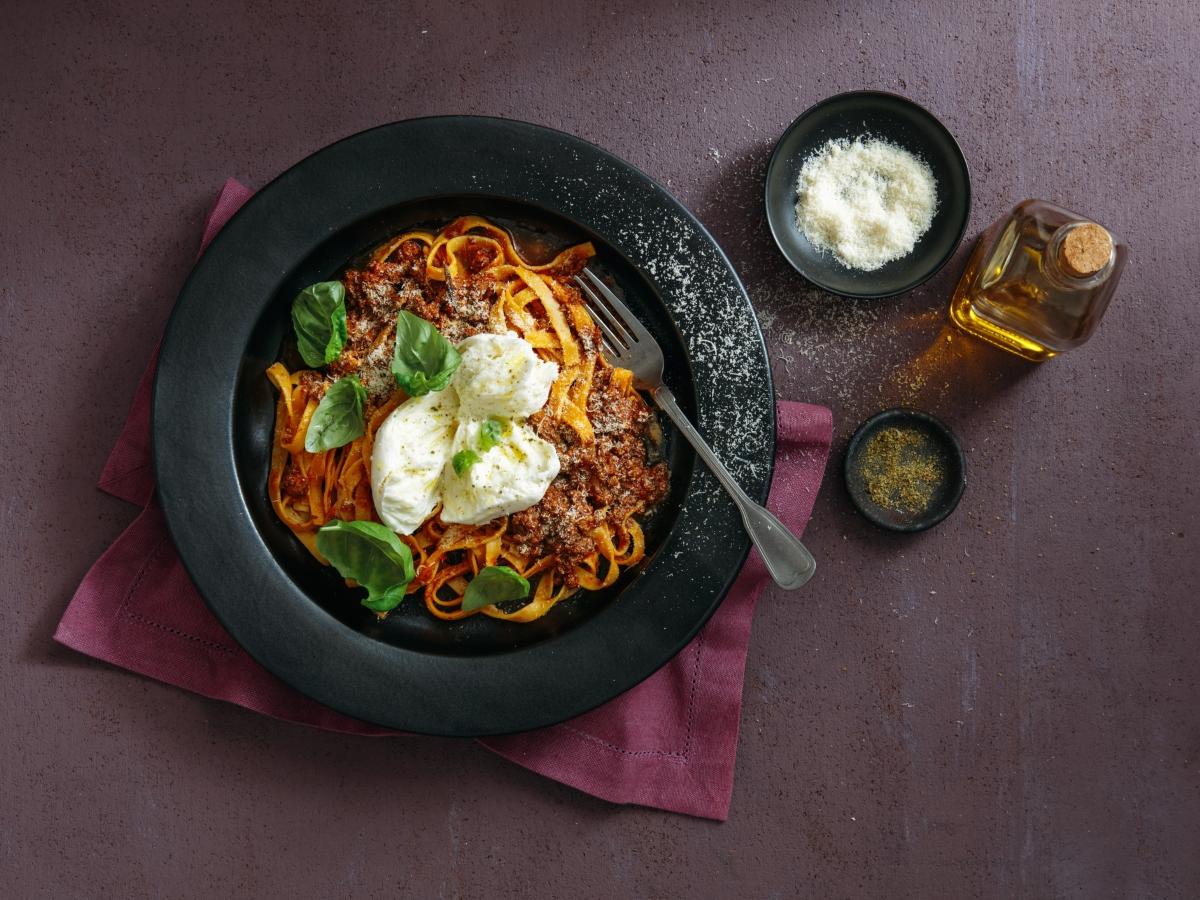 Συνταγή για αυθεντική φετουτσίνι μπολονέζ με μοτσαρέλα