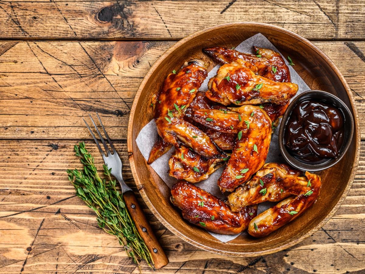 Συνταγή για φτερούγες κοτόπουλου με σπιτική σάλτσα μπάρμπεκιου