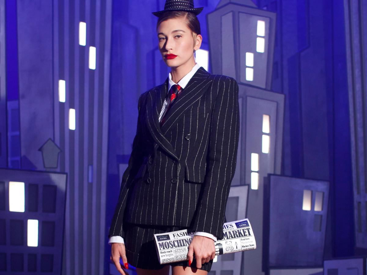 H Hailey Baldwin επιστρέφει στα catwalk και ανοίγει το απίστευτο virtual show του Μoschino