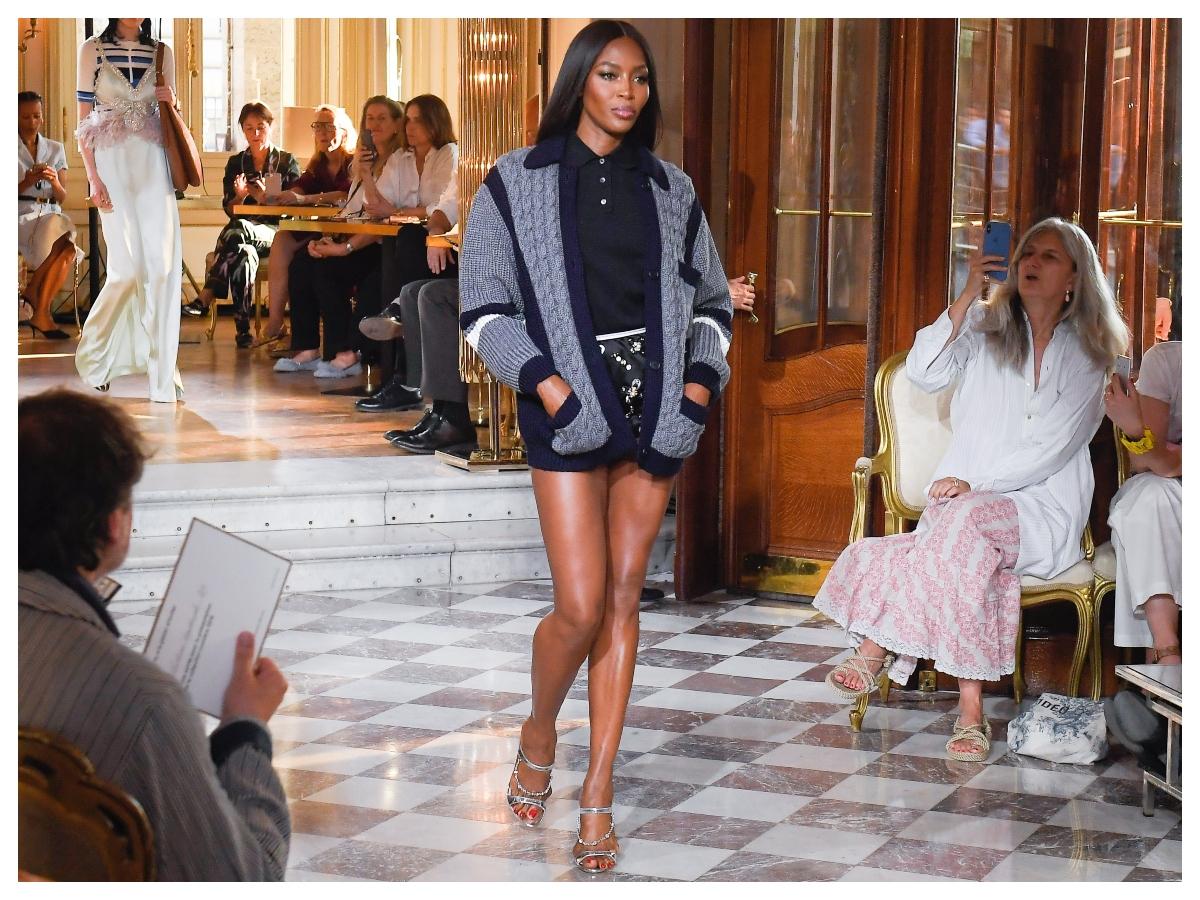 Αυτό κάνει η Naomi Campbell και έχει αυτά τα super sexy πόδια
