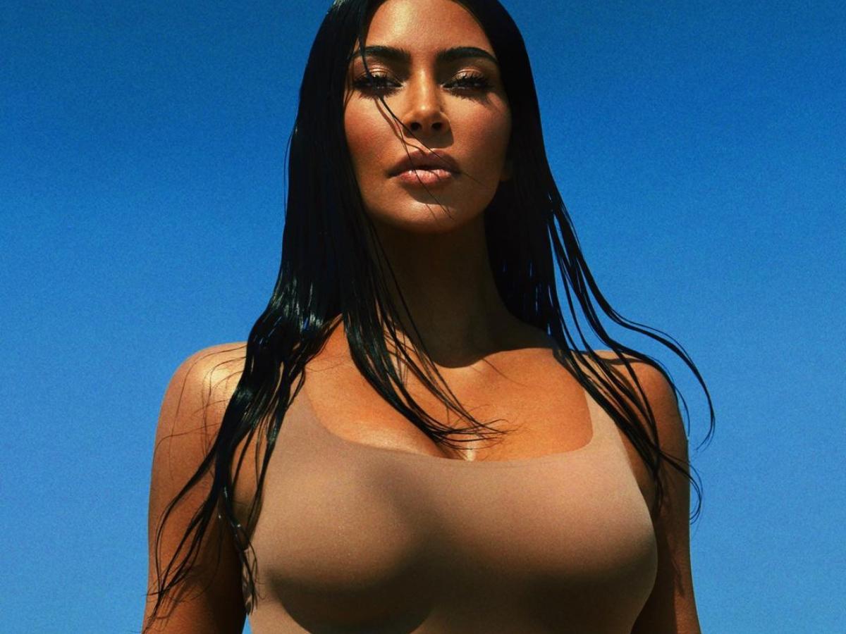 H Κim Kardashian φοράει military αλλά με sexy style