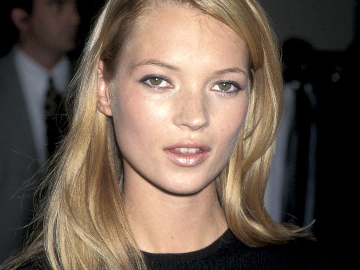 H Kate Moss επιστρέφει στα 90s με αυτή την καμπάνια