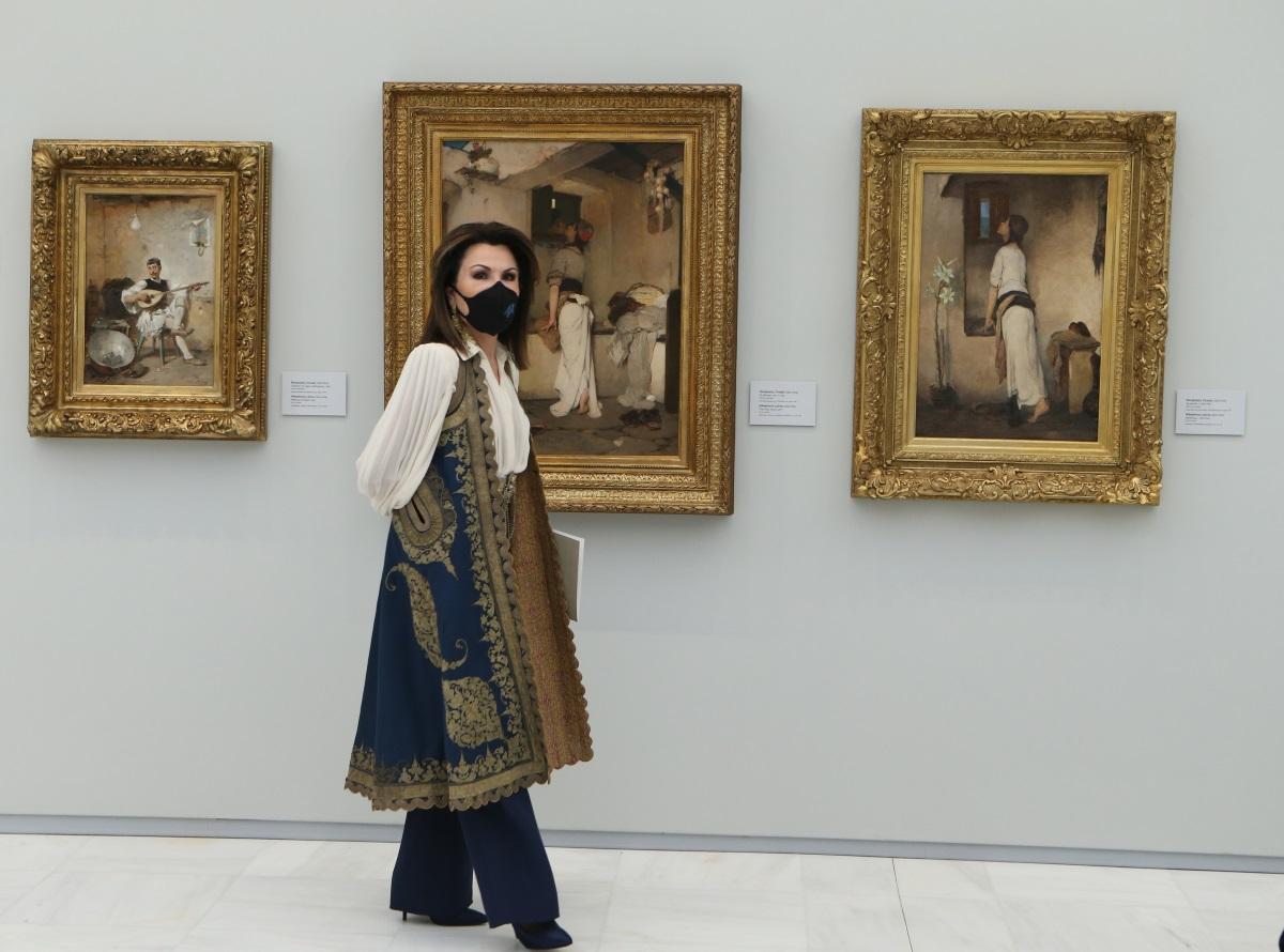 Γιάννα Αγγελοπούλου: Μαγνήτισε τα βλέμματα με τη σικ και εμπνευσμένη από την παράδοση εμφάνιση στην Εθνική Πινακοθήκη
