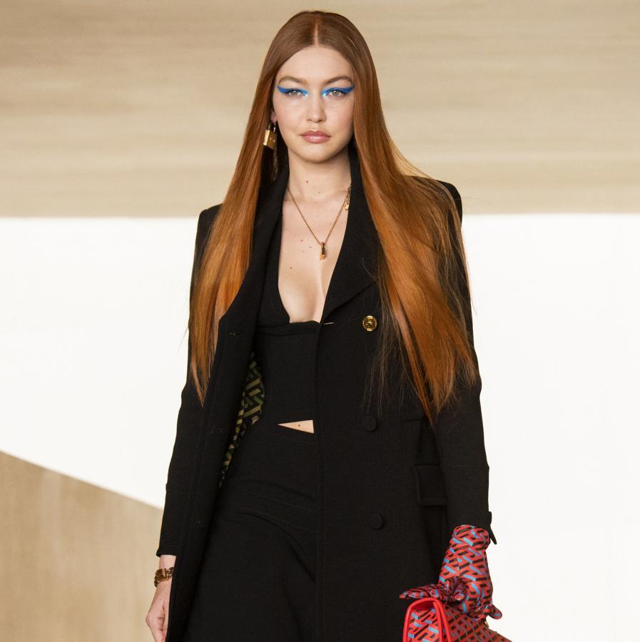 Η Gigi Hadid επιστρέφει στις πασαρέλες και ανοίγει το εκπληκτικό Versace show