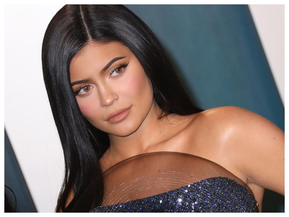 Το μανικιούρ της Kylie Jenner συνδυάζει τις τρεις μεγαλύτερες τάσεις της άνοιξης