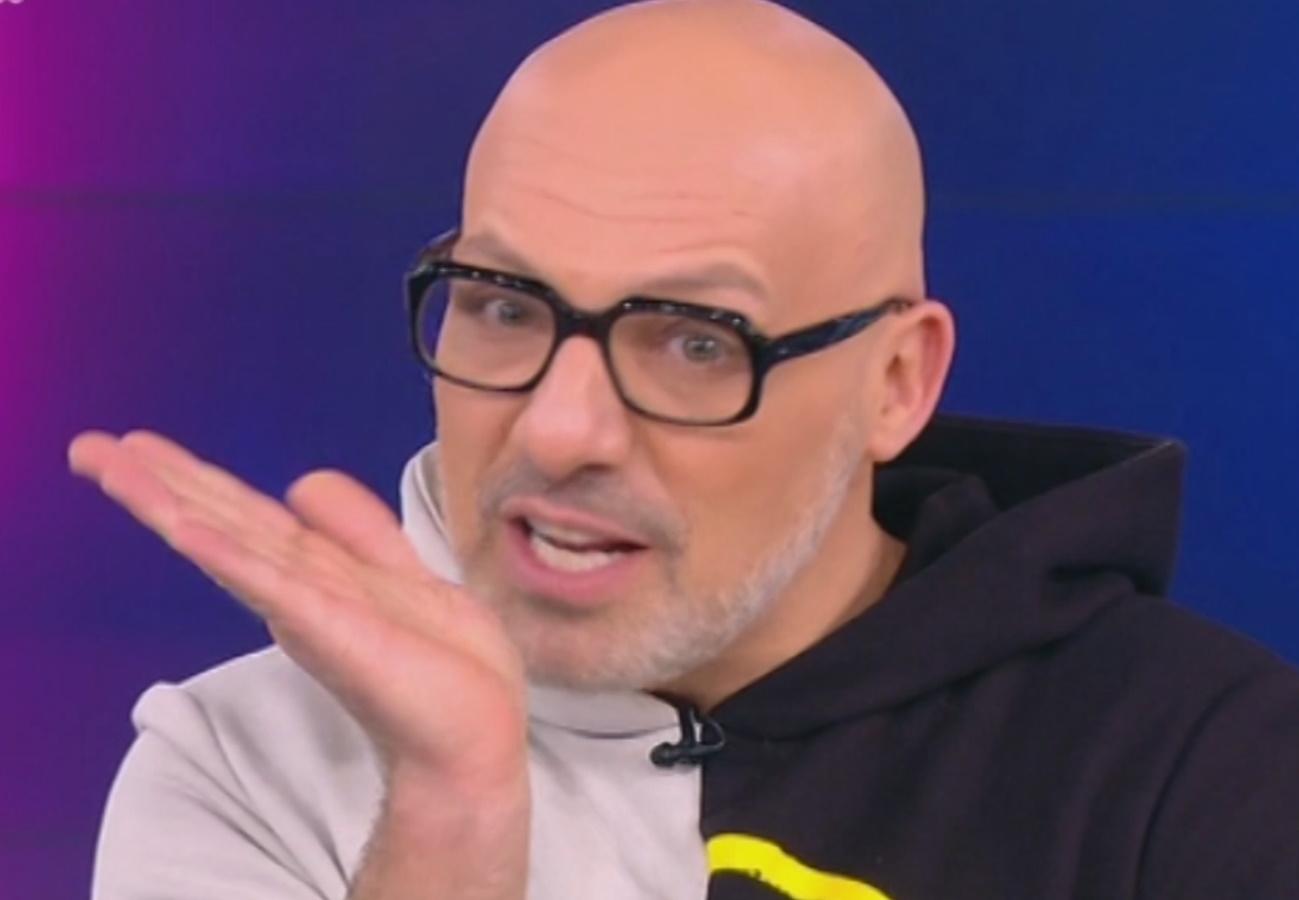 """Ο Μουτσινάς """"σφάζει"""" Λιάγκα – Σκορδά: """"Όταν κλείνουν τα μικρόφωνα τις τρώει…"""""""