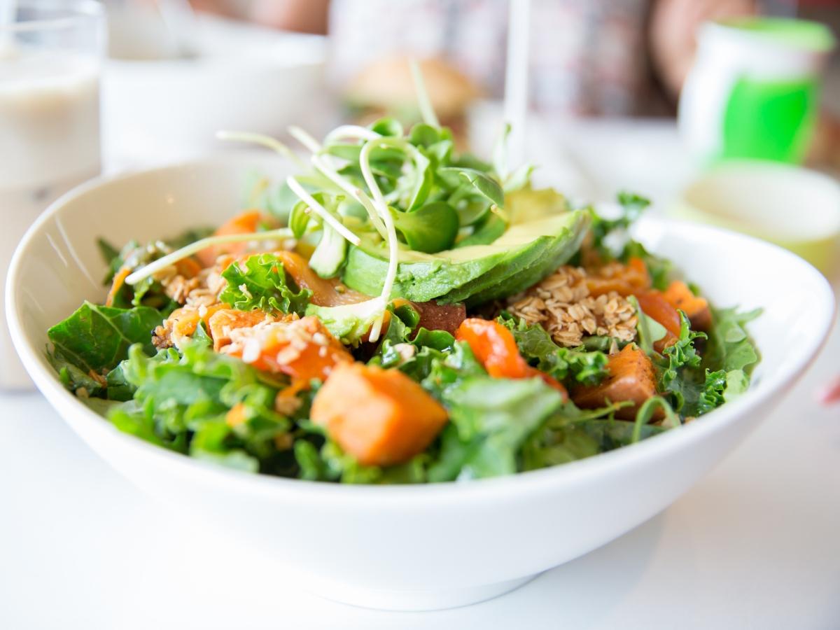 Συνταγή για ανοιξιάτικη σαλάτα με γλυκοπατάτες και dressing από ταχίνι