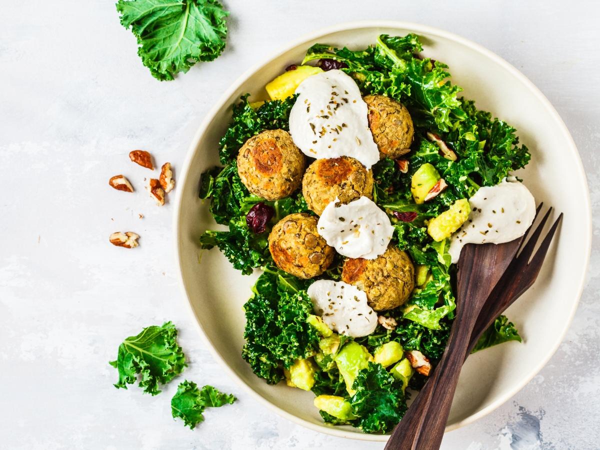 Συνταγή για πράσινη σαλάτα με φαλάφελ και σος από ταχίνι