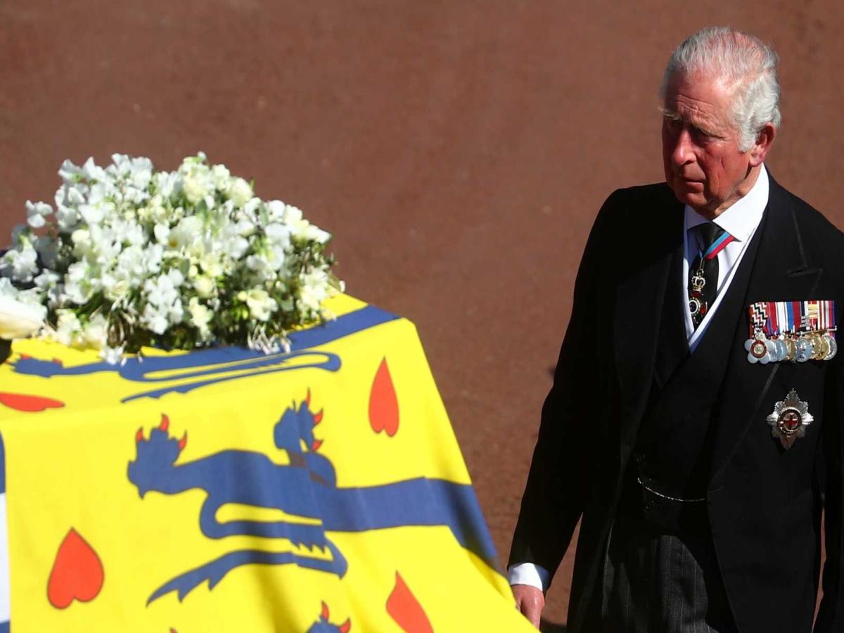 Συγκινημένος ο πρίγκιπας Κάρολος στην κηδεία του πατέρα του