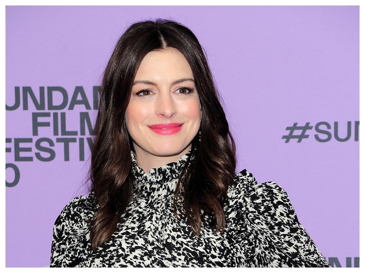 Η Anne Hathaway έχει μερικές πολύ ωραίες ιδέες για το πώς θα χτενίσουμε τις φράντζες μας