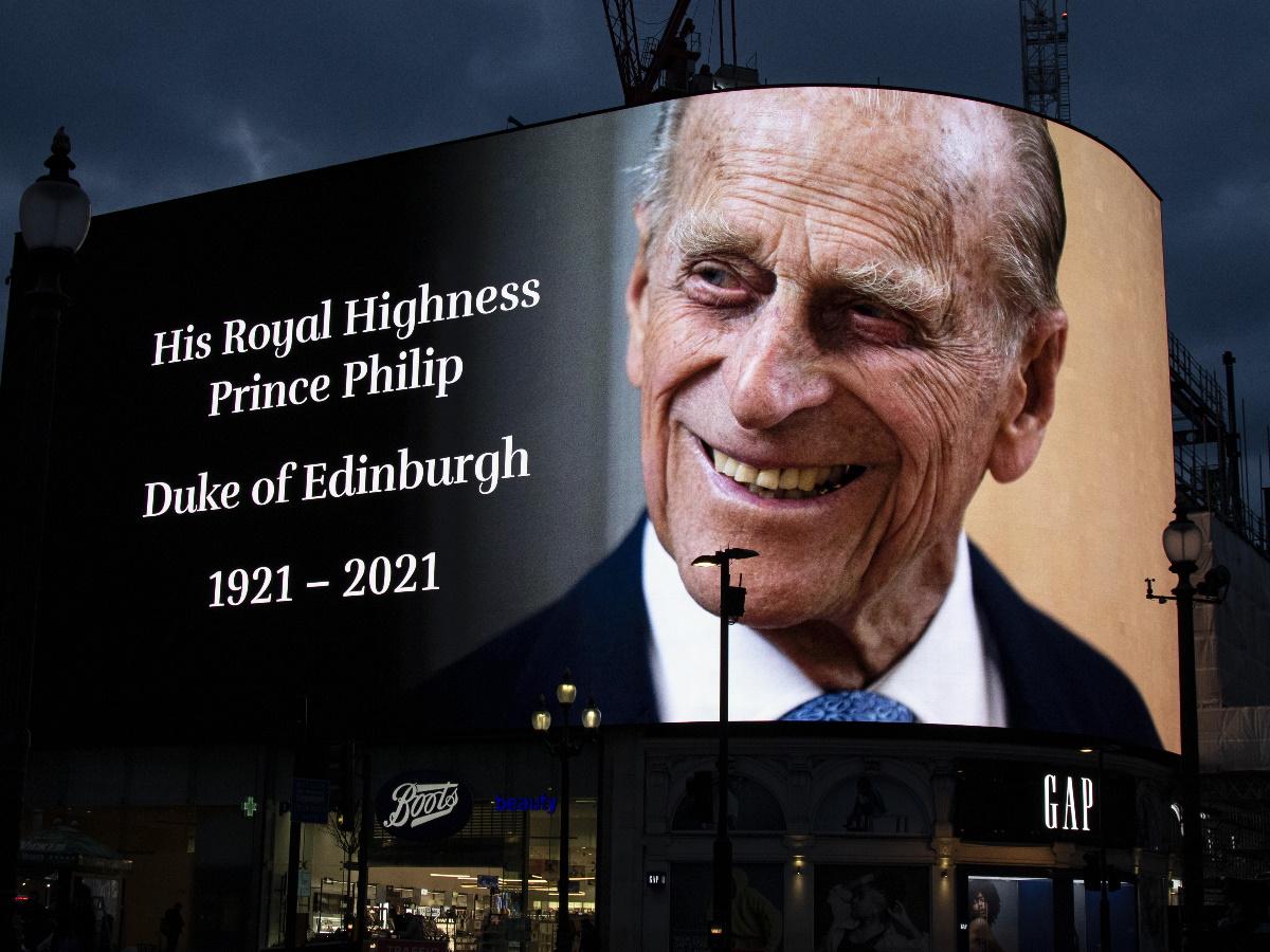 Πρίγκιπας Φίλιππος: Βολές όπλων σε στεριά και θάλασσα από τις βρετανικές ένοπλες δυνάμεις