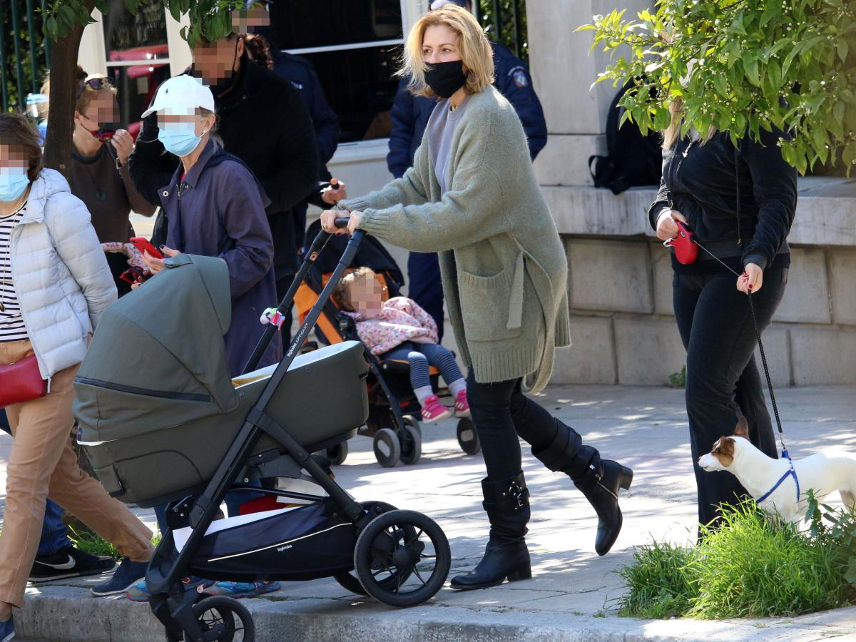 Τζένη Μπαλατσινού: Αγκαλιά με τον τεσσάρων μηνών γιο της στο κέντρο της Αθήνας – Φωτογραφίες