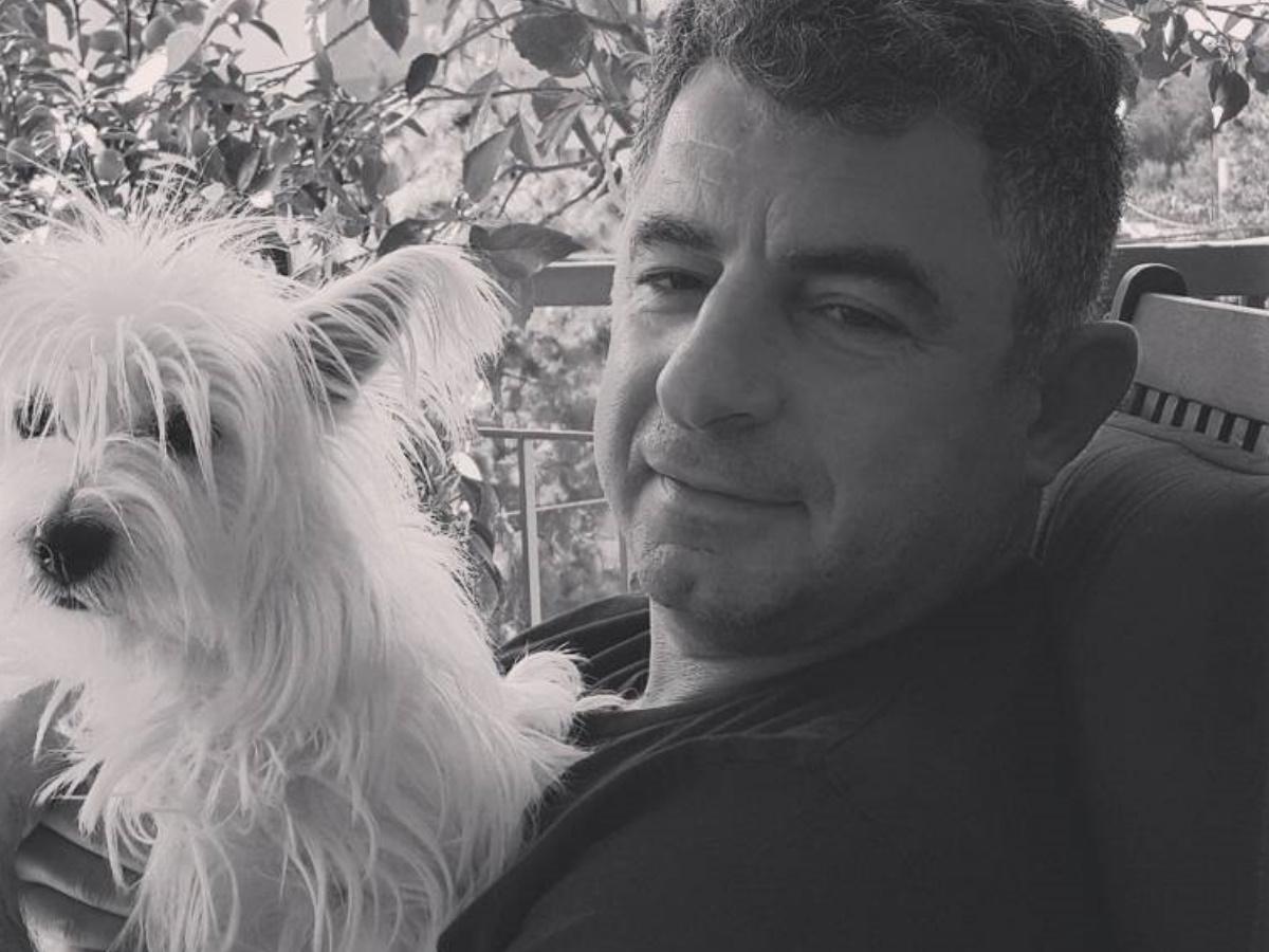 """Γιώργος Καραϊβάζ: """"Αν μπορούσε, θα συγχωρούσε και τους δολοφόνους"""" – Ανατριχιάζει ο επικήδειος λόγος του γιου του"""