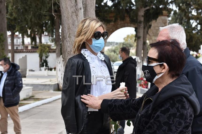 Συντετριμμένη η Σάσα Σταμάτη στην κηδεία του πατέρα της[photos]