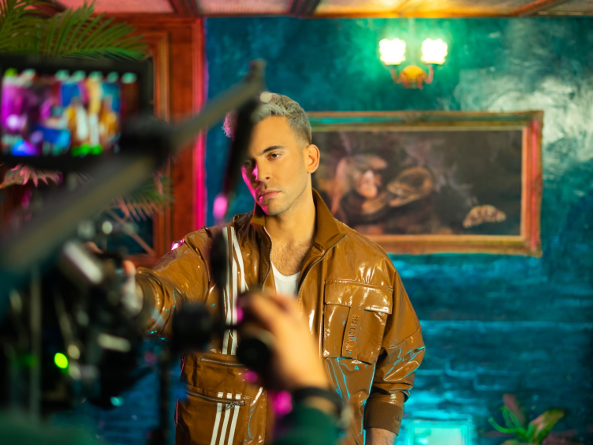 Ο «Απίθανος» Ιάσονας Μανδηλάς στο νέο βίντεο κλιπ του – Exclusive backstage φωτογραφίες