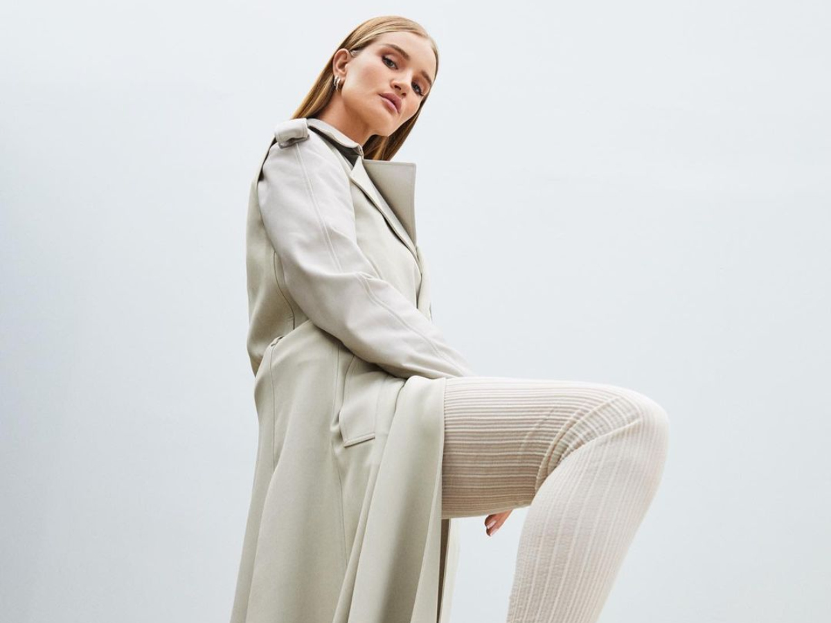 H Rosie Huntington μόλις φόρεσε την πιο στιλάτη καμπαρντίνα της σεζόν